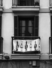 ... Tambores y barriles ... (Lanpernas .) Tags: ventana pancarta tamborrada donostia sansebastián tambores barriles elcarnavaldesansebastián urbanite city 2018