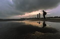 Espigó del Bogatell - Barcelona. (edi_barcelo) Tags: roja wella barcelona mafre reflexo reflejo playa