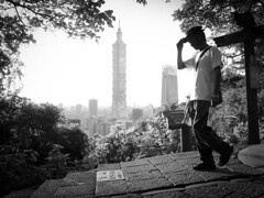 walk! (roaldS2K) Tags: tallest buildings taipei101 walk fujifilm xt20 elephantmountain bw taiwan taipei