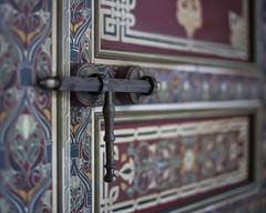 Si no se abre es que no era tu puerta... (kinojam) Tags: puerta door cerrojo boltdoor bolt moro marrqui marrakech desenfoque kino kinojam canon canon6d