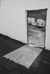 Doors to the field. (Carlos Arriero) Tags: tejeda grancanaria españa puertasalcampo doorstothefield bw bn blackandwhite blancoynegro noiretblanc monochrome carlosarriero composición composition calle urban urbana urbanphoto street streetphoto art fineart contraste contrast nikon d800e 2470f28 spain europe europa viajar travel