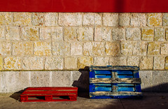 Blaugrana (Walimai.photo) Tags: madera wood color colour azul rojo bleu blue red pared wall stone piedra detail detalle nikon d7000 nikkor 35mm
