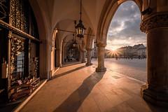 Kraków - golden hour (Rafael Zenon Wagner) Tags: laowa12mmf28zerod 12mm sundown sonnenuntergang licht light bogen rynek sonne sun