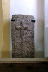 St. Marien, Serrfeld, Kirchenburg (palladio1580) Tags: bayern franken unterfranken landkreisrhöngrabfeld serrfeld grabstein kreuz