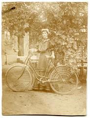 . (Kaïopai°) Tags: femme woman frow frau dame kleid radlerin radfahrerin fahrrad bicycle fiets tree baum natur keid old vintage damenrad