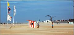 Sur la plage d'Ostende, Belgium (claude lina) Tags: claudelina belgium belgique belgië ostende mer sea plage beach merdunord noordzee sable cabine