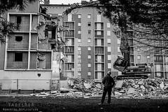 Alès Pres st jean-8663 (YadelAir) Tags: alès immeuble destruction pelleteuse débris démolition rue noiretblanc habitat hlm