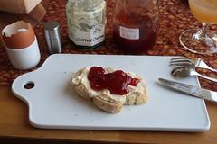 Erdbeermarmelade mit Clotted Cream auf frisch gebackenem Weißbrot (multipel_bleiben) Tags: frühstück essen marmelade erdbeeren aufstrich englisch brot