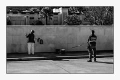 Travailler en toute sécurité. (francis_bellin) Tags: mars balais femme andalousie streetphoto street homme cour noiretblanc blackanwhite antequera espagne rue garde bw 2019 scènederue photoderue