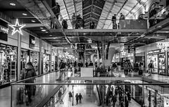 Gare St LAZARE - PARIS (ericbeaume) Tags: nikon d5500 sigma 18300mm nb noirblanc noiretblanc bw blackwhite monochrome gare trainstation stlazare people urban urbain underground city shops glass paris ericbeaume