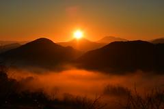 DSC_2436 (griecocathy) Tags: paysage ciel soleil montagne brume végétations orange marron brun noir bleue jaune levédesoleil nuage