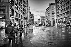 Berlin , Mitte , Friedrichstraße nach dem Regen (heiko bo) Tags: heikobo berlin berlinmitte schwarzweiss friedrichstrase nacht nachtleben regen lichtstimmung reflektion hauptstadt