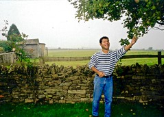 EngIre97 1 (danimaniacs) Tags: england man guy mansolo smile wall pick fruit stripes