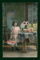 Geburtstagskarte: Mädchen mit Geschenken und Kuchen (altpapiersammler) Tags: alt old vintage gruskarte grus geburtstag birthday feier kind child enfant korbmöbel card karte kleid rose