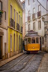 . In den Strassen von Lissabon (r.k_foto) Tags: stadt grau ungesättigt strase fahrzeug lissabon drausen strasenbahn