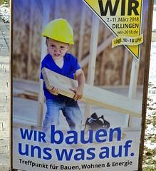 Werbeschild Kind als Bauarbeiter (Sanseira) Tags: ries bahnhof nördlingen kind bauarbeiter messe