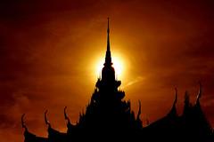 Theravada sunset ©twe2010☼ (theWolfsEye☼) Tags: thewolfseye switzerland schweiz ยินดีต้อนรับสู่เว็บไซต์วัด watsrinagarindravararam tempel temple thai buddhismus buddhism buddha religion gretzenbach solothurn sunset sonnenuntergang gegenlicht backlight silhouette roof dach sonne sun sundown