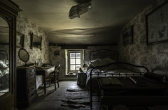 Intime. (LoquioR) Tags: manoir mansion room bedroom decay abandoned abandonné exploration urbex urbaine