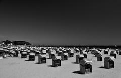 Travemünder Ostseestrand / Baltic sea beach in Travemünde (Lichtabfall) Tags: schwarzweiss monochrome blackandwhite einfarbig sw bw ostsee balticsea küste coast strandkorb beachchair strand beach