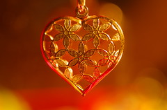 Ode to golden hearts (Baubec Izzet) Tags: baubecizzet pentax bokeh heart gold light