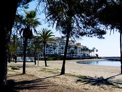 Playa del Duque (camus agp) Tags: arquitectura playas bajamar costa mar españa marbella