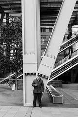 V (99streetstylez) Tags: people streetphotography strassenfotografie streetphoto 99streetstylez london monochrome city metropole steel