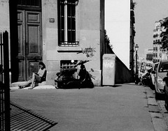 Lecture au soleil (laetitia.delbreil) Tags: film filmphotography ifeelfilm ishootfilm westillcare filmisback filmisawesome filmisnotdead analogico análogo argentique analogue vintagecamera oympus35rc zuiko42mm128 agfaapx100 iso100 rangefinder telemetrica fixedfocallength noiretblanc biancoenero blackandwhite nb bn bw monochome monocromo paris 18earrondissement streed candid lecture jesuisargentique analogsoul believeinfilm