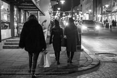Weihnachtseinkauf (Agentur snapshot-photography) Tags: island iceland isländisch isl reykjavik hauptstadt reykjavíkurborg shopping einkaufen christmasshopping weihnachtseinkauf feiertage weihnachten christmasseason effekt schwarzweiss blackwhite bw sw gesellschaft geschäft laden läden ladengeschäft shop shops store stores nachtaufnahme 011400 nacht nachts night personen 08003000 bevölkerung schnappschuss 012300 momentaufnahme strassenszene alltag lebenswelten nightlife nachtleben symbolfoto 012200 symbolbild symbolfotos christmas weihnachtszeit wirtschaft 04000000 business