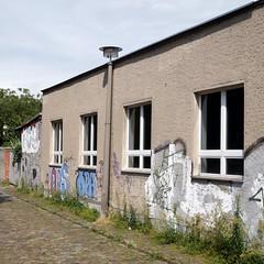 nur ein wenig kuscheln / Kietzer Weg / Lichtenberg (galibier2645) Tags: rsl ostlampe laterne fenster kopfsteinpflaster kietzerweg lichtenberg opa gps