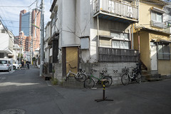 Tokyo.世田谷区三軒茶屋 ビストロヒラソル前から (iwagami.t) Tags: 201901 fujifilm fuji xt1 xf14mm japan tokyo city town urban street road alley building apartment bicycle