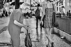 Lissabon Gente de Lisboa 68 bw (rainerneumann831) Tags: bw blackwhite street streetscene ©rainerneumann urban monochrome candid city streetphotography blackandwhite frauen lisboa lissabon gentedelisboa ha