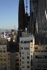 Strassenleben in Barcelona (ante_fischer) Tags: spanien barcelona strassenleben street streetlife strassen sagradafamilia touristen kirche gaudi bar theke blick haeuser fassaden tuerme cocktail