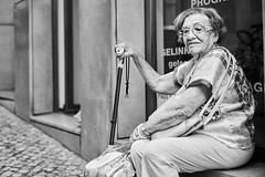 Lissabon Gente de Lisboa 139 bw (rainerneumann831) Tags: bw blackwhite street streetscene ©rainerneumann urban monochrome candid city streetphotography blackandwhite frau gentedelisboa lissabon