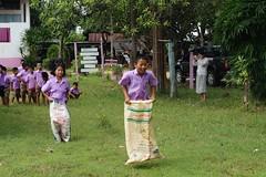 Les enfants participent à une course en sacs (infoglobalong) Tags: stage étudiant service bénévolat volontaire international engagement solidaire voyage découverte enseignement éducation école enfants aide alphabétisation scolaire asie thaïlande jeux sport art informatique rénovations