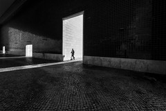 Lisboa (Hendrik Lohmann) Tags: streetphotography street strassenfotografie strase sun lisboa light lissabon lisbon nikon nikondf menschen monochrome blackandwhite bwstreet bnw bw human urban urbanart urbanphotography