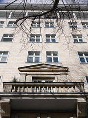 Der Balkon. / 08.03.2019 (ben.kaden) Tags: berlin friedrichshain karlmarxallee nationalebautraditionderddr nationalebautradition architekturderddr 2019 08032019