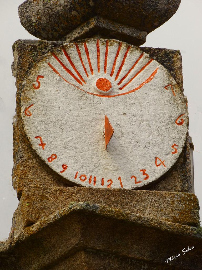 Águas Frias (Chaves) - ... relógio de sol, na torre da igreja matriz ...