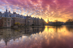 Binnenhof, the Dutch Houses of Parliament, reflected in the Court Pond (Hofvijver) at Sunset (Rob Kints (Robk1964)) Tags: denhaag mauritshuis binnenhof buildings government hetplein hofvijver innercourt nederland night pond reflections thehague thenetherlands
