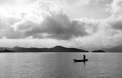 (cherco) Tags: lago lake sky landscape clouds composition composicion canon water fisherman china lugu solitario solitary silhouette silueta sombra monochrome mountain yunan lonely light luz human boat tranquilidad silence tranquility silencio reflexion happyplanet asiafavorites