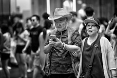 smartphone (gro57074@bigpond.net.au) Tags: smartphone f14 105mmf14 artseries sigma d850 nikon boxingday 2018 december pittstreetmall cbd sydney monotone monochrome mono bw blackwhite cowboy couple candidportrait candidstreet streetphotography street guyclift