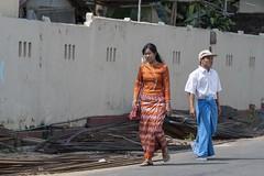 Tenues traditionnelles usuelles (Patrick Doreau) Tags: dress robe asie asia myanmar birmanie street rue girl man femme homme pasoe longyi tradition costume