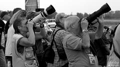 Paul et Yoyo (Laurent Quérité) Tags: canonfrance canoneos7d canonef100400mmf4556lisusm portrait spotter homme femme man woman photographe noirblanc blackwhite meetingaérien airshow avignoncaumont france