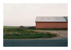 Houvig, Denmark, 2018 (csinnbeck) Tags: analog film contax rx 35mm fujicolor c200 fuji fujifilm husby denmark autumn 2018 cy yashica t zeiss grass field sky landscape sea road 50mm 5014 planar houvig