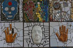 Haut les mains (Edgard.V) Tags: paris parigi streetart urbanart arte urbano callejero mural mosaïques gregos mosaico moulage visage face faccia vulto viso belleville belvedere belvédère boavista