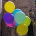 Bunte Helium-Luftballons vor der gotischen Kathedrale und Metropolitankirche im Erzbistum Barcelona, Spanien