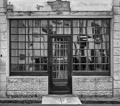 Rue de l'Hôtel de Ville, Sarrancolin (Ivan van Nek) Tags: midipyrénées frankrijk frankreich nikon nikond7200 d7200 doorsandwindows ramenendeuren hautespyrénées france sarrancolin ruedelhôteldeville 65 blackandwhite schwarzweis noiretblanc nb bw zwartwit monochrome monochroom window door porte fenêtre tür fenster