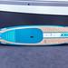 Aus Bambus gefertigtes SUP Paddle Board in hellbraun und blau