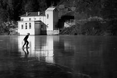 Eisläufer (Leicaluke) Tags: eis snow schlittschuhe bw monochrom winter ice people
