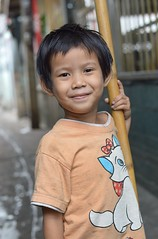 handsome boy with broom handle (the foreign photographer - ฝรั่งถ่) Tags: handsome boy kids child broom handle khlong thanon portraits bangkhen bangkok canon