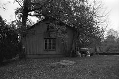 Udhus, Älekulla, Sverige (holtelars) Tags: asahi pentax spotmatic sp m42 supertakumar takumar 28mm f20 film 35mm analog analogue ilford fp4 ilfordfp4 100iso d76 bw blackandwhite monochrome filmphotography filmforever ishootfilm larsholte homeprocessing jobo atl1500 älekulla sweden sverige architecture outhouse ambience